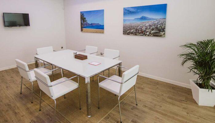 Mesa de reuniones y sillas de despachos Benidorm Derecho Penal en la Costa Blanca